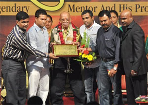 Legendary coach Ramakant Achrekar being felicitated by his pupils Sachin Tendulkar, Vinod Kambli, Praveen Amre and others. PTI