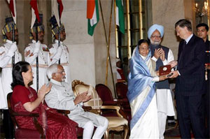 President Pratibha Patil presents the '2007 Indira Gandhi Prize to Bill Gates. Vice President Hamid Ansari, Prime Minister Manmohan Singh and UPA Chairperson Sonia Gandhi clap. PTI