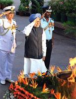 Prime Minister Manmohan Singh and Navy chief admiral Sureesh Mehta at the India Gate to commemorate Kargil war's 10th anniversary on Sunday. AFP