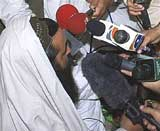 Pak Taliban commander Baitullah Mehsud speaks to reporters in Pakistan's South Waziristan tribal region in this May 24, 2008 file photo. Reuters