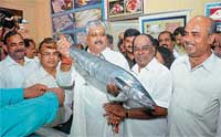 Coastal Development Authority Chairman Nagaraj Shetty, MLA Yogish Bhat, Karnataka Fisheries Development Corporation Chairman Ramachandra Baikampady, Mayor Shanker Bhat at the inauguration of first air conditioned retail fish outlet cum aquarium sales unit in Mangalore on Sunday. DH photo