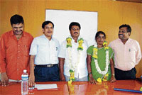 B M Srinivas and Lakshmidevamma have been elected as the President and Vice-President of Srinivaspur taluk panchayat on Monday. Tahsildar Manjunath, Assistant Commissioner Peddappaiah and EO Prakash are seen. DH Photo