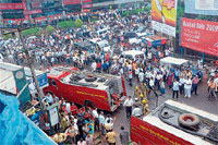 Curious: A large number of people gathered to look at the fire which broke out in Trade Centre in Jyothi Circle on Wednesday. DH photo