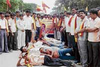 Members of KRV staging a protest in Malur demanding the release of their State President T Narayana Gowda. dh photo