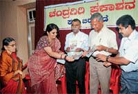 Noted human rights activist Teesta Setalvad releasing the book 'Dharmada Hesarinalli' at Aloysius College in Mangalore on Thursday. DH Photo