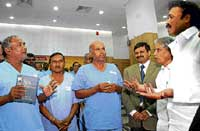 Health minister B Sriramalu with patients  who underwent angioplasty, at Jayadeva Hospital in Bangal- ore on Friday. Hospital Director Dr C N Manjunath and Medical Education Minister Dr Ramachandra Gowda are seen. DH Photo