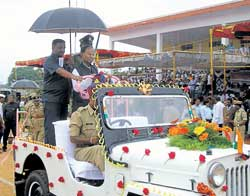 District in-charge Minister Dr Mumtaz Ali Khan receiving the guard of honour, amidst incessant rains at the 63rd Independence Day celebrations organised by the district administration at Chikkaballapur on Saturday. DH photo