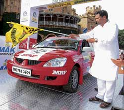 State Corporation Minister Lakshman Savadi flags off the K-1000 rally. DH PHOTO
