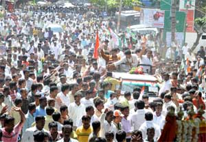 Congress candidate Priya Krishna and D K shiva Kumar being greeted by the crowds. DH Photo