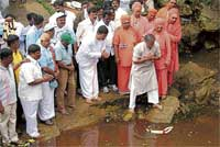 Law and Parliamentary Affairs minister Suresh Kumar offerring puja to River Arkavathi at its source in Nandi Hills in Chikkaballapur taluk to mark the launch of padayatra, on Thursday. Dh Photo