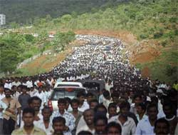 People returns after attending Y S Rajasekhara Reddy's cremation at Idupulapaya estate, 480 kilometers away from Hyderabad on Friday. AP