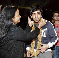 Pankaj Advani greeted by his mother Kajal on arrival in Bangalore. DH photo