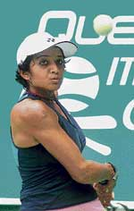 Sheethal Goutham en route to her win over Prathana Prathap in the ITF Women's tennis tournament in Bangalore on Tuesday. DH photo