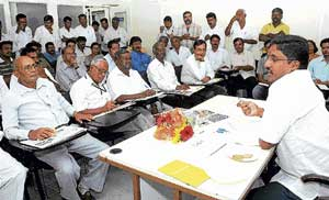 K R Puram MLA Nandeesh Reddy addressing members of residents welfare associations at the review meeting of the constituency in Deccan Herald office on Saturday. DH photo