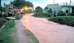 Heavy rains lashed the town resulting in flooding of roads and throwing traffic out of gear at Shidlaghatta, in Chikkabballapur district. DH Photo