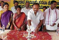 Zilla panchayat member Balaji Chennaiah inaugurating janaspandana programme in Honnenahalli on the outskirts of Kolar on Saturday. Tahsildar S M Mangala, GP President Shivarajamma and TP member Govindaraju are seen. DH photo