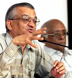 Anil Kakodkar, Atomic Energy Commission Chairman, with Rajagopala Chidambaram, Principal Scientific Adviser to the Government, addressing a press conference on Pokhran-II tests in Mumbai on Thursday. PTI