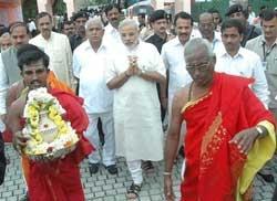Modi dons teacher's cap for party ministers in Karnataka