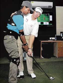 Peter Murphy instructing a ward at the Bangalore Golf Club on Saturday. DH Photo