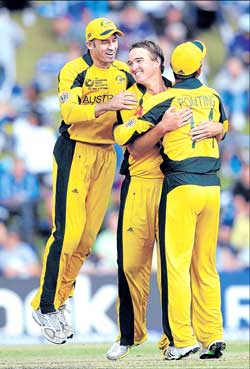 Mike Hussey (left) and Ricky Ponting (right) congratulate Nathan Hauritz for nailing another Kiwi. AP
