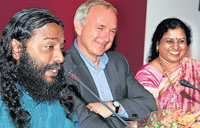 Light moment: Arul Mani, Hans-Ulrich Treichel and Vanamala Vishwanatha.