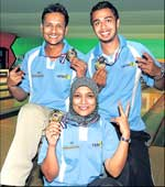 Tamil Nadu's Bharat Nahar (left), Shabbir Dhankot (right) and Sabeena Saleem pose with their spoils in Bangalore on Friday. DH photo