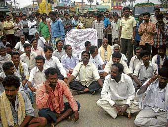 left in the dark Villagers of Vakkaleri and surrounding villages blocked traffic on Kolar-Malur road demanding regular supply of power to the rural parts, here on Tuesday. DH photo