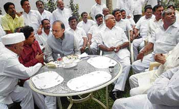 what best can be done: BJP senior leader Arun Jaitley along with Chief Minister B S Yeddyurappa, Ministers Katta  Subramanya Naidu, R Ashok and Murugesh Nirani at the CM's residence in Bangalore on Thursday. dh Photo