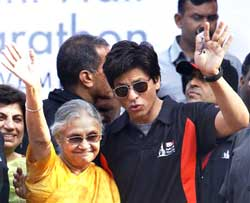 Delhi Chief Minister Sheila Dikshit (L), and Bollywood actor Shah Rukh Khan wave during the Airtel Delhi Half Marathon 2009 in New Delhi on Sunday. PTI