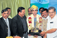 Young achiever: World billiards champion Pankaj Advani being felicitated by Home Minister VS Acharya (right) as Sports Minister Goolihatti Shekar (second from right), Secretary for Sports and Youth Services IM Vittal Murthy (second from left) and KOA president K Govindaraj (left) look on in Bangalore on Tuesday. DH photo