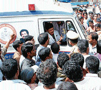 Public gheraoing the 108 ambulance when it reached the Udupi service bus stand after two hours. DH PHOTO