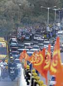 Traffic disrupted at Sankey Road due to  public meet by RSS Chief Mohan Bhagwat at the Palace ground on Sunday. DH PHOTO