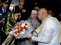 "President Pratibha Patil being welcomed by Andhra Pradesh Governor N D Tiwari and Chief Minister K Rosaiah on her arrival at Begumpet Airport in Hyderabad on Monday to attend the ""62nd World News Paper Congress and 16th Worlds Editors Forum"". PTI"