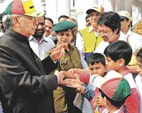 for a cause: Governor H R Bhardwaj interacting with children at World Autism Awareness walkathon, organised by Information and Resource Centre in Bangalore on Sunday. dh Photo