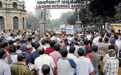 Public staging a protest against the Government's decision to introduce ID cards at Lalbagh. DH photo