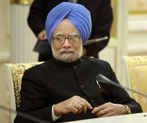 Indian Prime Minister Manmohan Singh calling upon the industry capitals to strenghten the bond between two nations (AP)