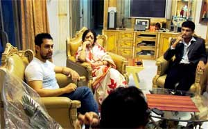Bollywood actor Aamir Khan having dinner with former cricket captain Sourav Ganguly and his family while paying a short visit to cricketer's Behala residence in Kolkata on Tuesday late night. PTI