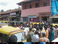 Auto drivers of Sringeri staging a protest on Tuesday against attack on an auto driver by  Anti-Naxal Force personnel.  dh photo