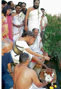Final rites: The late actor Vishnuvardhan's ashes being immersed in Cauvery at Srirangapatna on Thursday. DH Photo