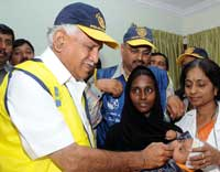 Yeddyurappa administers  two drops of pulse poila to a child (KPN)