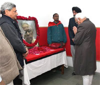 Vice President Hamid Ansari paying homage to former West Bengal Chief Minister Jyoti Basu at CPI(M) headquarters in New Delhi on Monday. PTI