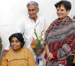 V K Murthy at his residence with daughter Chhaya (left)and biographer Uma Rao in Bangalore on Tuesday. dh Photo
