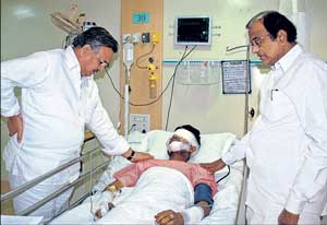 Home Minister P Chidambaram and Chhattisgarh Chief Minister Raman Singh visit a policeman, who was wounded in a Maoist attack, at a hospital in Raipur on Wednesday. Reuters