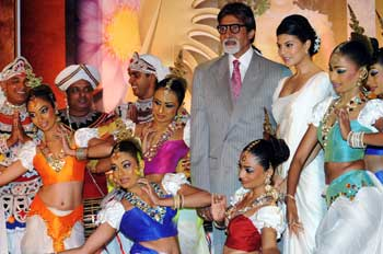 Bollywood actor and International Indian Film Academy (IIFA) brand ambassador Amitabh Bachchan poses with traditional Sri Lankan dancers at a press conference in Colombo on April 20, 2010.AFP