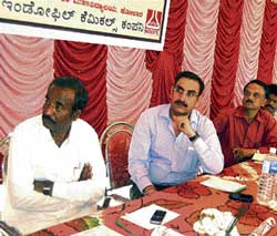 TALK ON TOMATO R Munegowda, R C Bishnoi, Dr Nachegowda, Dr Amarananjundeshwara and Dr Vasudev at the district-level workshop on tomato in Chhatrakodi of Kolar taluk on Saturday. DH Photo