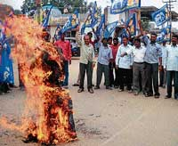 Members of the Bahujana Samajavadi Party burning the effigy near Hanumatha Circle in              Chikmagalur on Sunday to condemn the incident of murder of two Dalits by setting ablaze in Mirchpur village of Haryana. DH Photo