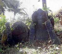 The historic stones found in Kondoji village of Hangal taluk have been placed in front of Eshwara temple. dh photo