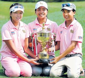 Thailand's Pinrath Loomboonruang (left), Pavarisa Yoktuan and Benyapa Niphatsophon (right) pose with the RCGC Trophy in Bangalore on Saturday. DH Photo
