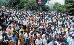 A large number of supporters of candidates gathered outside the Rosario PU College where counting was held in Mangalore. DH photo