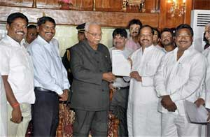 State BJP President Raghubar Das along with Arjun Munda and other party leaders handing over to Governor MOH Farook the letter of withdrawal of support from JMM led Shibu Soren government at Raj Bhavan in Ranchi on Monday. PTI